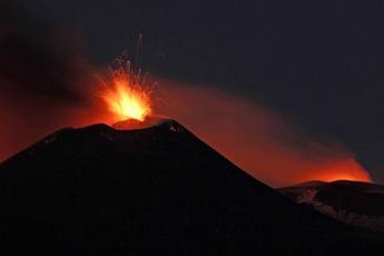 Nuova fase eruttiva dell'Etna visibile da Catania