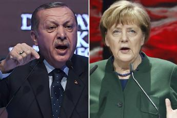 Erdogan attacca Merkel, Berlino: Inaccettabili accuse