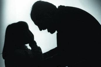 Quindicenne denuncia il padre: Picchia me e la mamma, aiutateci