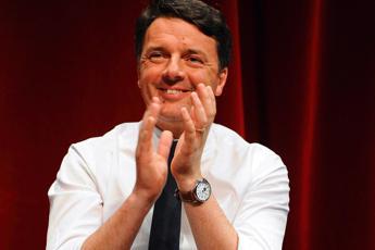 Alitalia, Renzi si improvvisa steward in aereo: Compagnia funziona