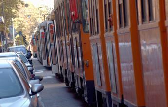 Milano, pullman passa col rosso e sperona un tram: 12 feriti