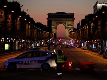 Parigi, attacco sugli Champs-Élysées: ucciso un poliziotto, due in gravi condizioni