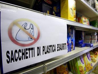 Più di 3 italiani su 4 ha detto addio agli shopper di plastica