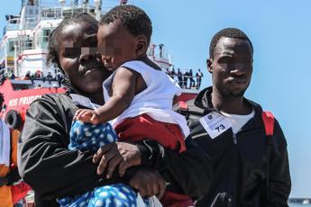 A Catania nave con oltre 900 migranti, 10 morti a bordo
