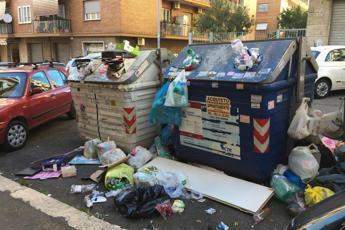 Caos rifiuti a Roma, Grillo: Gestiti da Pd con Mafia Capitale