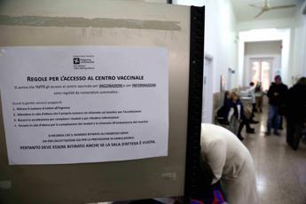 Vaccini, lettera critica da 150 medici italiani: esposto all'Ordine di Milano