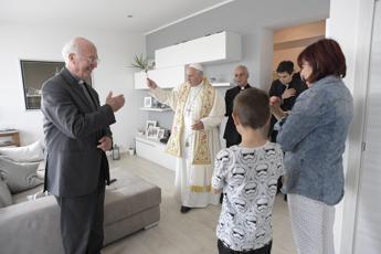Papa Francesco parroco per un giorno, a Ostia benedice le case