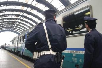 Molesta studentesse in treno, denunciato