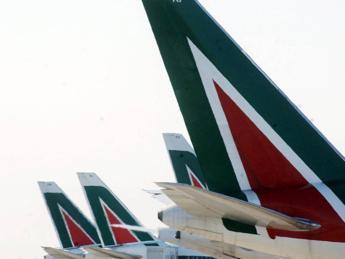 Alitalia, azienda convoca sindacati: al via confronto su contratto