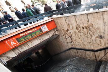 Roma, paura in metro: tenta di prendere mitra a militare