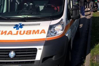 'Miracolo' a Como: auto sfonda guardrail e cade su binari, salvi in 5