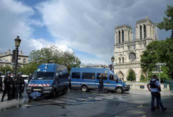 Spari e panico a Notre Dame, Parigi ripiomba nel terrore