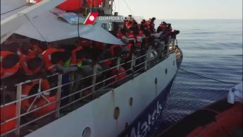 Non rinunceremo all'umanità, stop di Delrio a chiusura porti