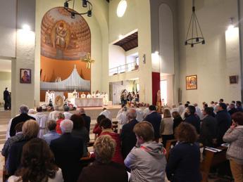 Da ostia 'al volo' a squilli no-stop, italiani maleducati in Chiesa
