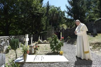 Papa Francesco sulla tomba di don Milani
