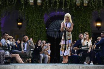 20 anni senza Gianni, l'omaggio in passerella di Donatella Versace