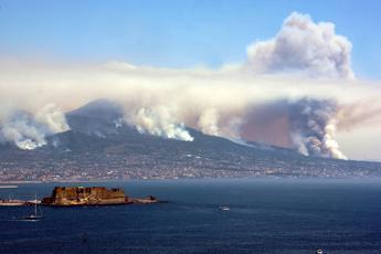 Vesuvio in fiamme, arrivano i militari