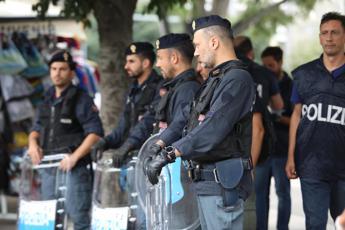 Milano, sgomberata ex scuola occupata da migranti