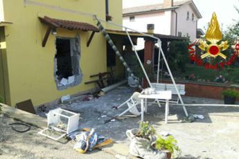 Roma, esplosione in una villetta ad Anguillara: 4 feriti