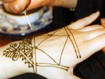 Occhio a tatuaggi all'henné: possono far male