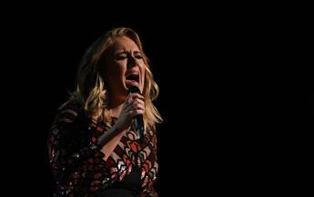Fan spende 10.000 dollari, Adele annulla tutti i concerti