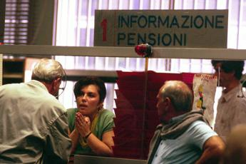Pensioni, meno assegni ma spesa sale
