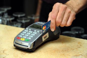 Banche, taglio a commissioni bancomat