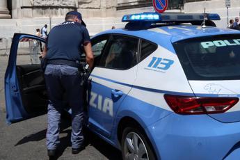 Roma choc, con la scusa di accompagnarla la trascina in un edificio e la violenta: arrestato