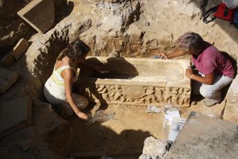Due sarcofagi romani tornano alla luce vicino allo Stadio Olimpico