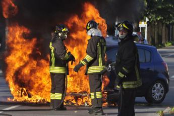 Roma, dà fuoco a 25 auto: arrestato 29enne