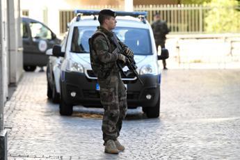 Parigi, auto contro soldati: un arresto