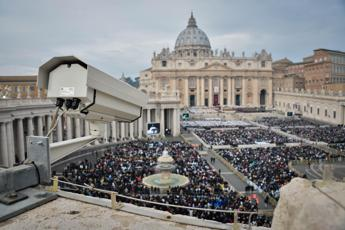 Entra a San Pietro e urla frasi sconnesse, fermato