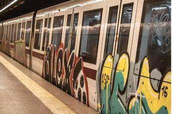 Roma, si stacca lamiera in Metro A