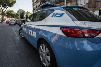 Roma, si slaccia pantaloni davanti a scuola: rischia linciaggio
