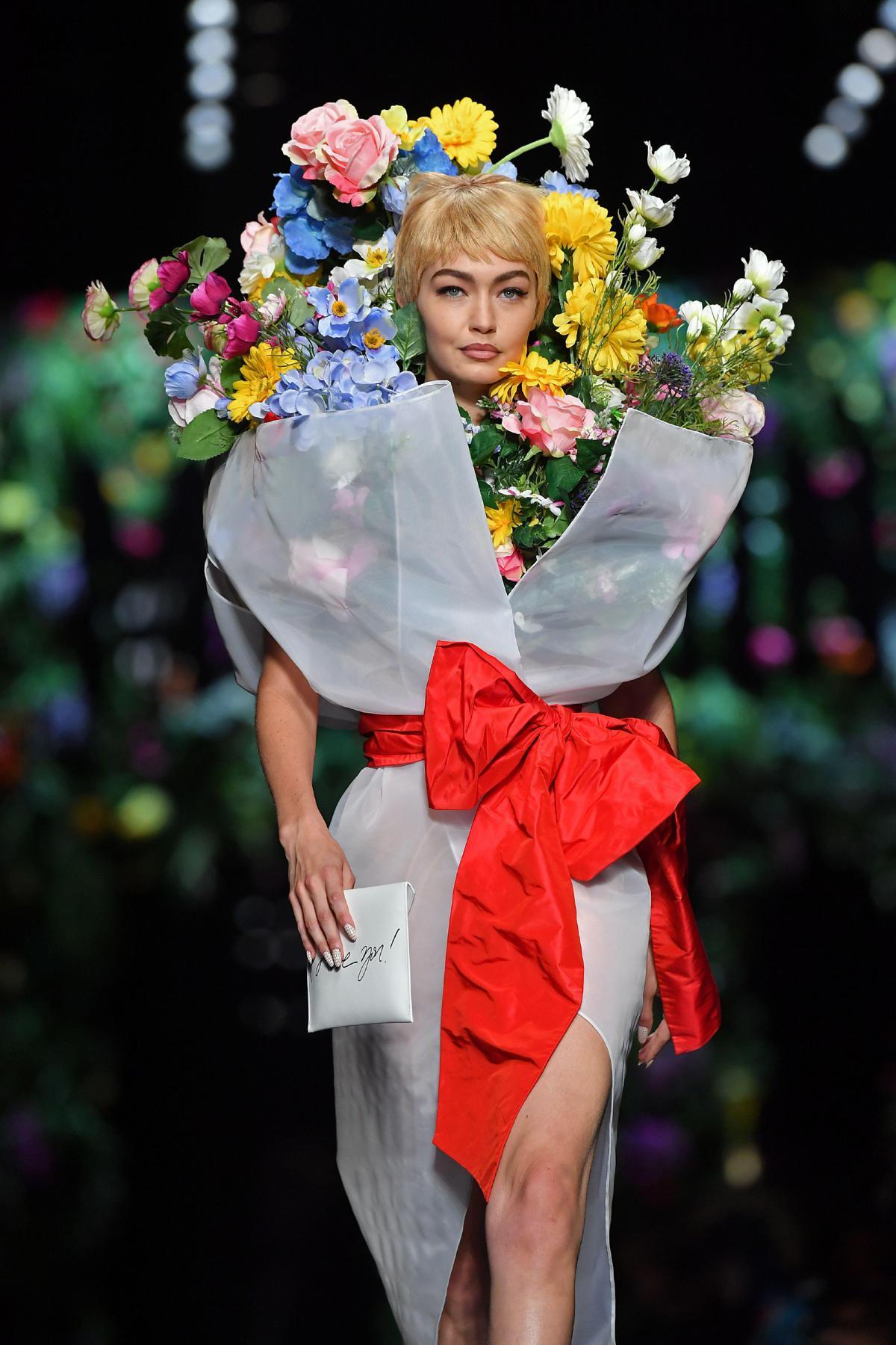 the best attitude 4613b 78c46 Gigi diventa un bouquet: Moschino fa sbocciare i fiori in ...