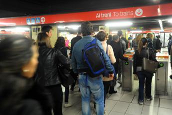 Brusca frenata in metro a Milano: feriti