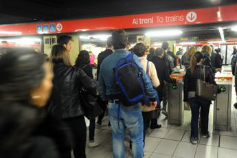 Linea M2, deraglia treno: 400 passeggeri evacuati