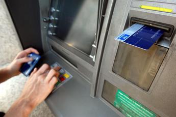 Come versare soldi al Bancomat