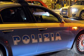 Roma, aggrediscono poliziotti con accetta: agente spara