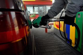 Benzina e diesel giù i prezzi