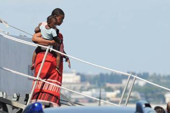 Salerno, sbarca nave con 26 donne morte