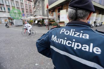 Sola e infreddolita, bimba trovata in strada a Firenze