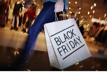 Spinte e urla: ecco perché lo shopping diventa rissa