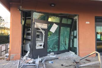 Roma, assalto al bancomat con la gru