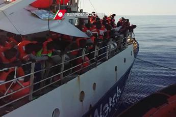 Nave con 232 migranti sbarca a Reggio Calabria