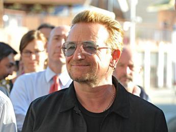 Bono cade dal palco durante concerto U2