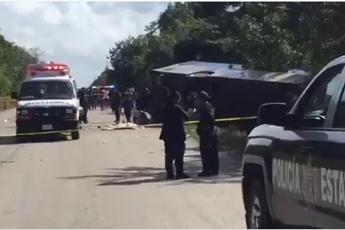 Messico, si ribalta bus: 12 morti