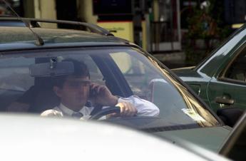 Salta la stretta sui cellulari in auto