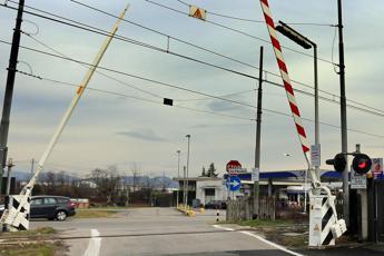 Lodi, auto travolta a passaggio a livello: morta conducente