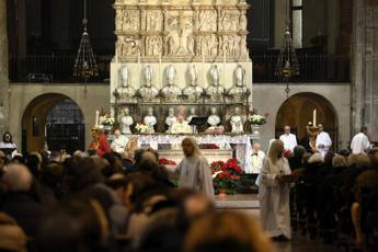 Firenze, calci in chiesa a una donna